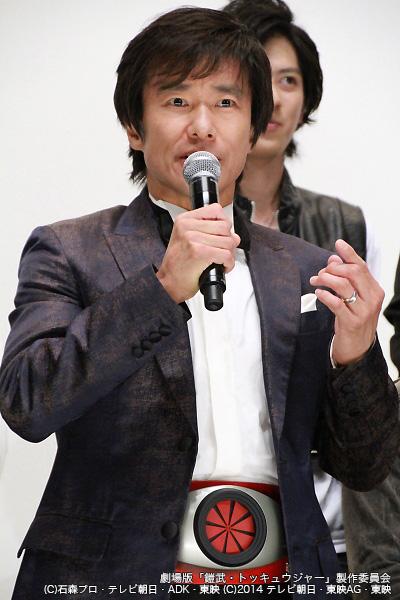 フォトセッションでは1号ライダーの変身ベルトを装着して臨んだ中山雅史さん