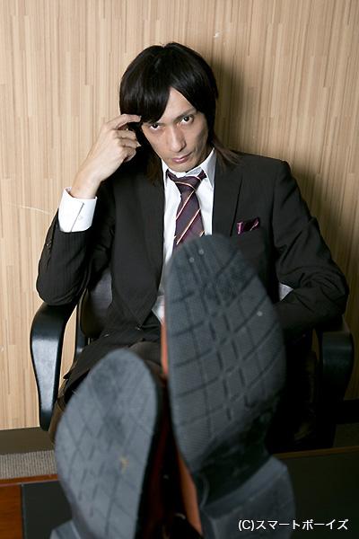 カッコよくポーズを決める村田充
