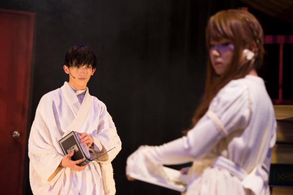 青年I役の廣瀬大介(左)とモヨ子役の桑野晃輔