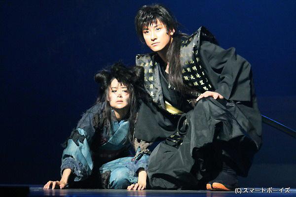 女中仲間からいじめられているお菊(左・山本美月)は、御用金を隠した井戸に投げ込まれることに