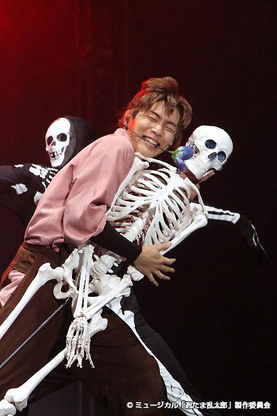 伊作(安達勇人)の骸骨とのダンスは、初演よりもさらにパワーアップ!