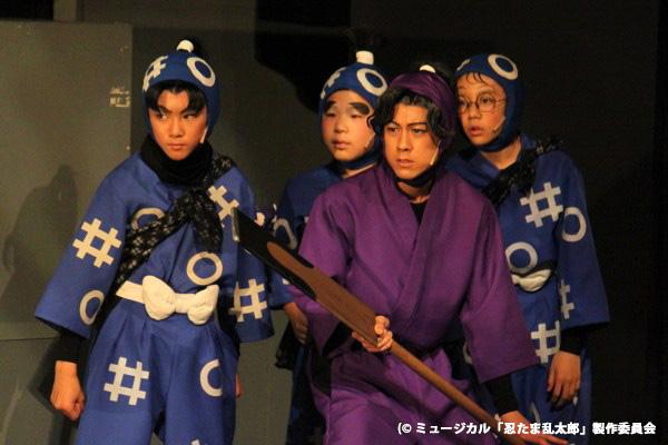 意見の違いから滝夜叉丸・三木ヱ門と別行動をとる綾部喜八郎(布施勇弥)も、学園の仲間と共に二人を救出するために活躍!