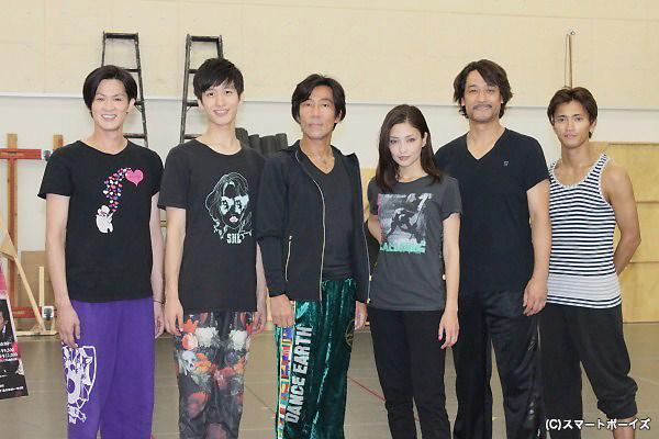 (写真左より)新納慎也さん、水田航生さん、演出の岸谷五朗さん、黒木メイサさん、橋本さとしさん、中河内雅貴さん