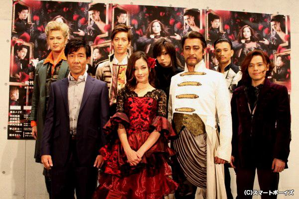 (前列左より)演出の岸谷五朗さん、黒木メイサさん、橋本さとしさん、中川晃教さん (後列左より)新納慎也さん、水田航生さん、早乙女太一さん、中河内雅貴さん