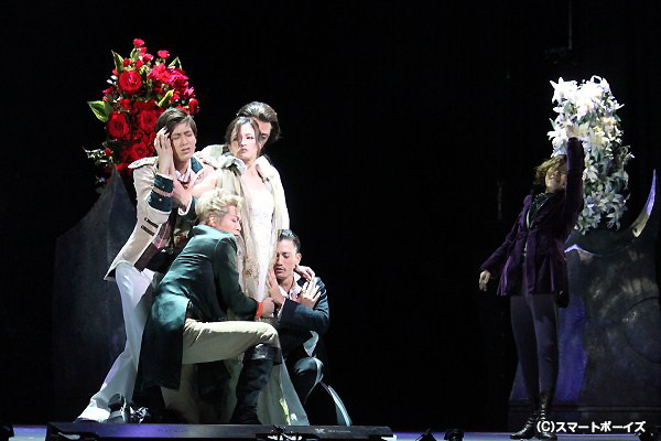 """出会う男たちに刺激され様々な花を咲かせるローラは、やがて""""魔性のダンサー""""と呼ばれる"""