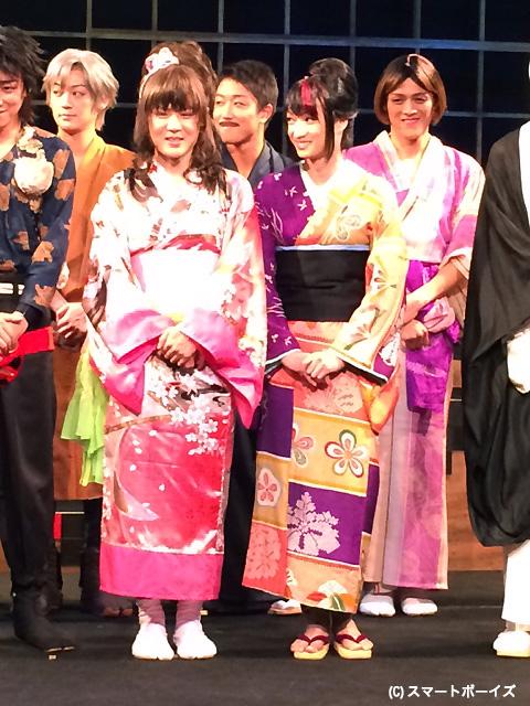 樋口裕太(左)と宮崎翔太が艶やかな女装を披露