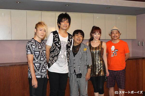 (写真左より)植木豪さん、押尾コータローさん、小倉久寛さん、未唯mieさん、脚本担当のラサール石井さん