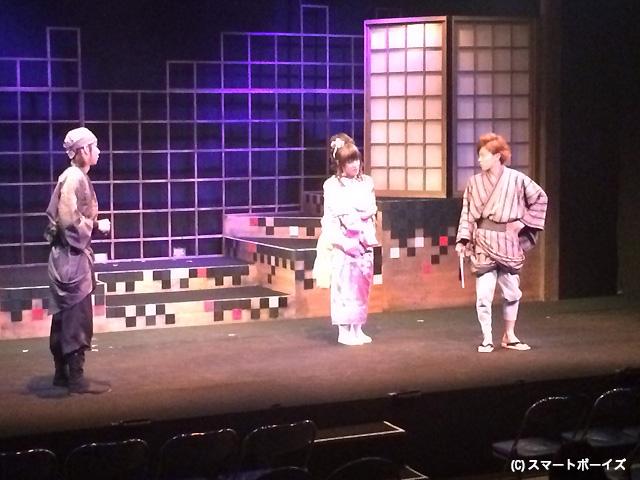 客演の加藤真央(右端)らの軽快な演技で楽しめた