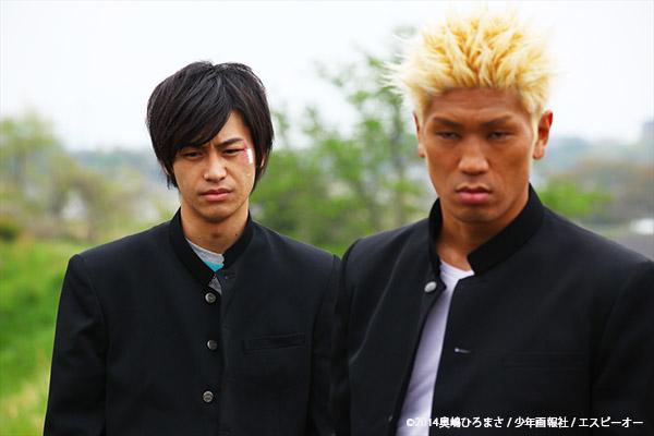 陸山高校史上最強No.1のツトム(城戸康裕)と、No.2のアキラ(小澤亮太)