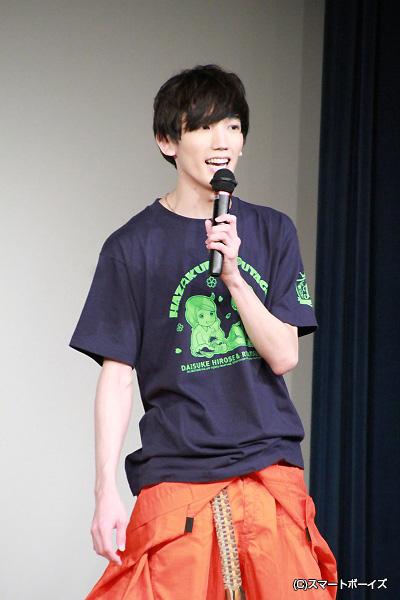 大介さんはオレンジのつなぎに、ふたりの似顔絵のイベントTシャツ