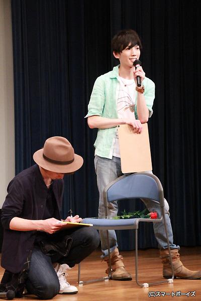 池田純矢さんへのメッセージを真剣に書く凌さん、横で大介さんはトークをつなぐのに必死!?