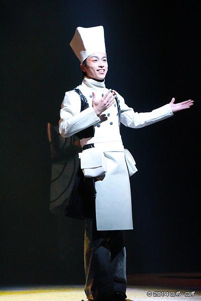 コック900(料理ロボット)役の鈴木勝吾