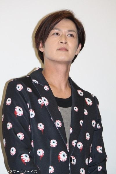 目玉模様のジャケットを見ごとに着こなす、赤坂役の新納慎也さん