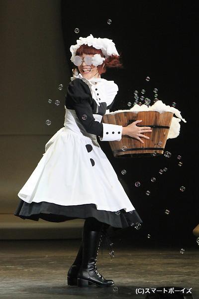 舞台上でも洗剤を入れすぎた洗濯物がちゃんと表現されています