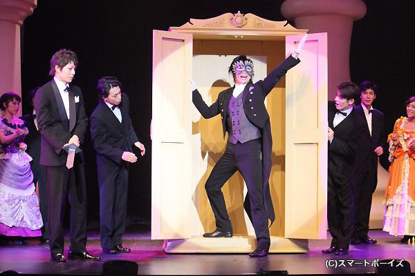 セバスチャンのマジックショー☆この後、BOXに入り串刺しに!