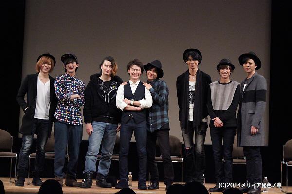 違うポーズをリクエストしたら、松田さんをそっと抱きしめ満面の笑顔の平野さん
