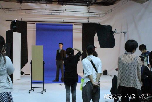 スタジオ内はこんな感じ。多くのスタッフや取材陣が見守る中、撮影は進みます