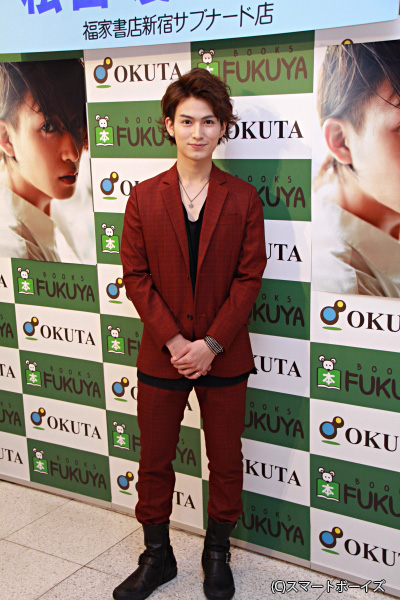 えんじ色のスーツで登場した松田さん。黒のシャツとのコントラストもお似合いです!