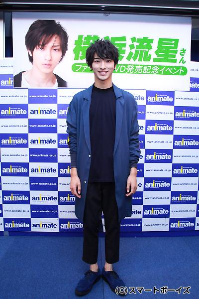 ブルーと紺の衣裳で登場した横浜さん。イベントではこの衣裳のままハイキックを披露!