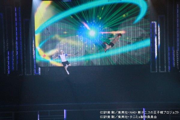 リョーマと松岡広大演じる金太郎がワイヤーアクションで会場中を飛び回った