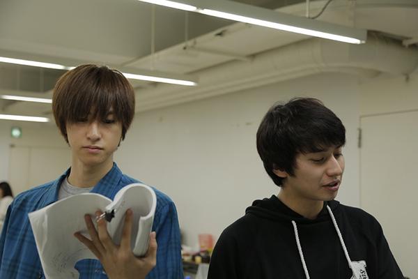 メルヒオール役の相葉裕樹さんと、ヘンスフェン役の武田航平さん。手にした台本には書き込みがビッシリ!