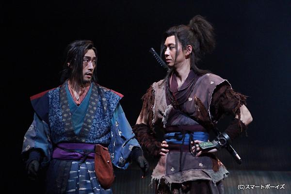 (右より)猿飛佐助役の柳下大、由利鎌之助役の松田賢二