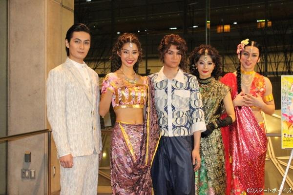 (写真左より)加藤和樹さん、すみれさん、浦井健治さん、朝海ひかるさん、川久保拓司さん