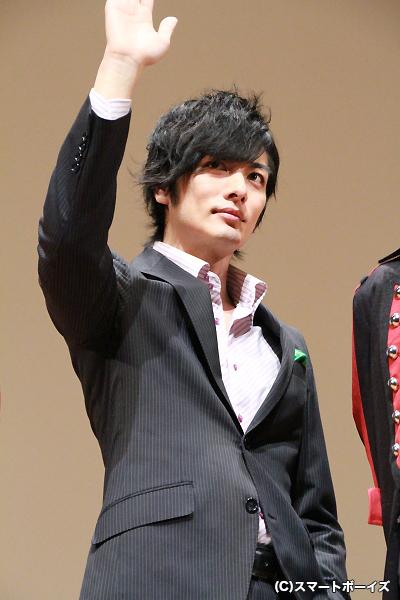 フォトセッションで、「手を振って」との要望にも関わらず、手を上げたまま微動だにしなかった久保田さん