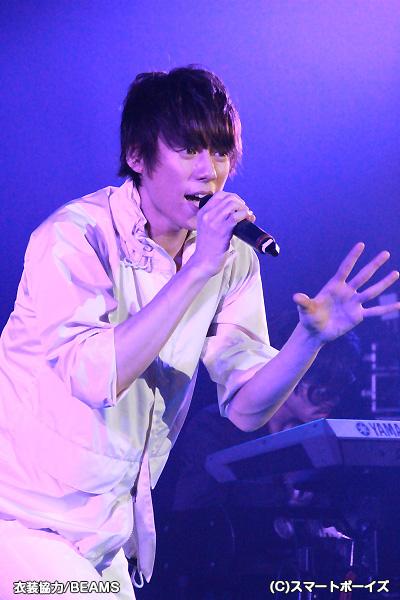 ライブパートでは全身白の衣裳で熱唱!