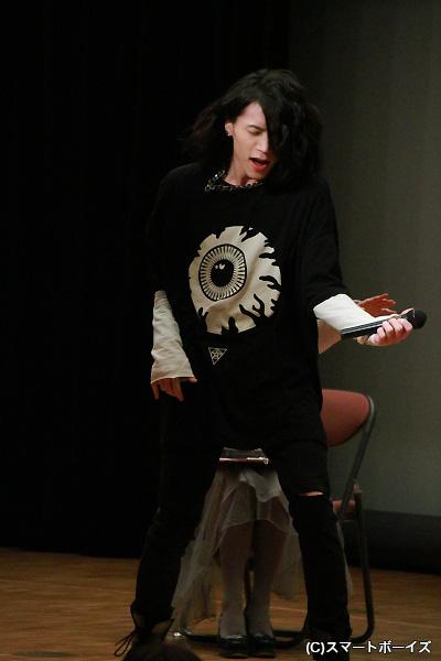 ロックっぽい衣裳ということでエアベースを披露する北村さん