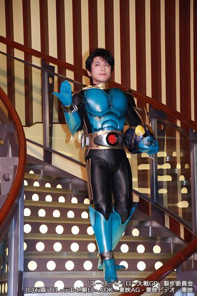 仮面ライダー3号のスーツ姿で颯爽と登場する及川光博さん
