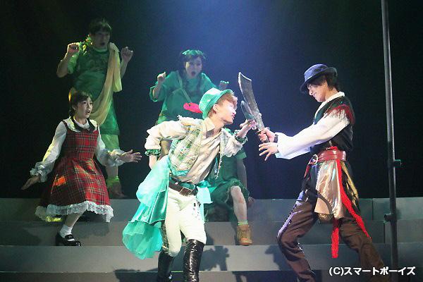 仲間の声援を受けて海賊を撃退! 松田さんの身軽さは、ピーターパンそのもの!