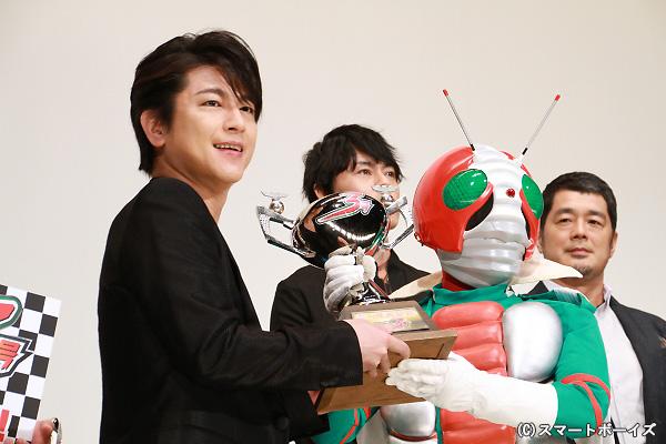 憧れの仮面ライダーV3からトロフィーを受け取った及川さんの表情はニコニコ!
