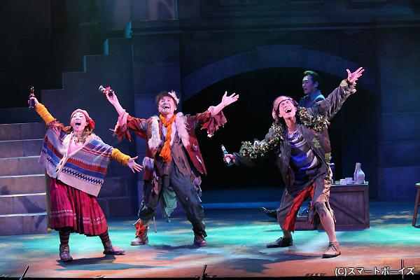 下條アトムさんとともに歌に踊りに大活躍だった黒羽麻璃央さん(左端)