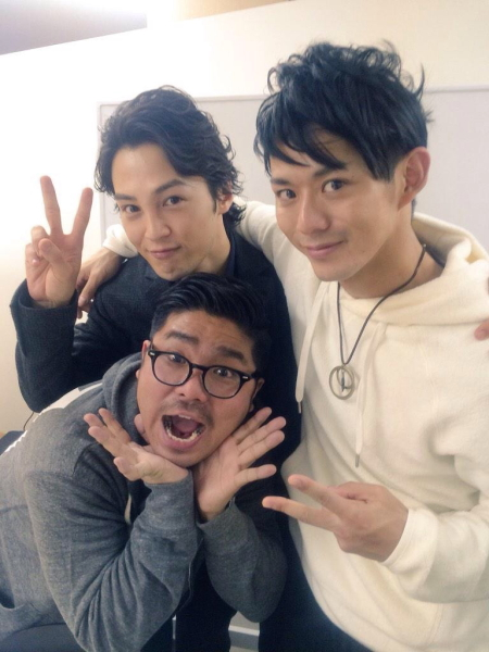 主演の塩澤英真さん(左)と仲良く肩を組む末野卓磨さん、テラスハウス出演で知られるマントル一平さんでパチリ☆