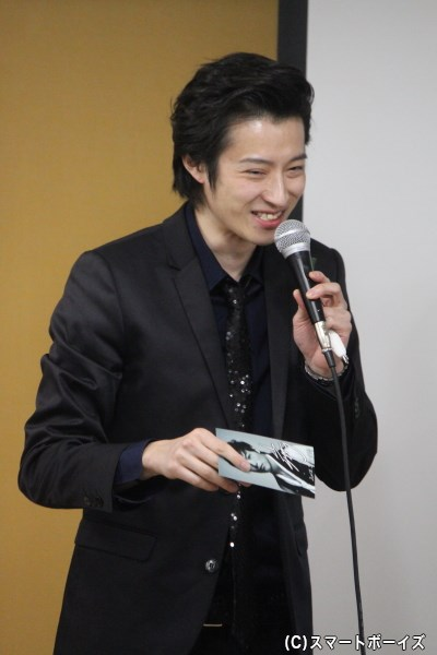 """賞品の""""山口大地ポストカード""""を受け取り、吉田さん「やった♪」と嬉しそう"""