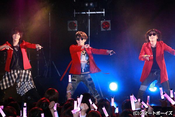 赤いジャケットを纏って「ラブ★メーカー」を熱唱する鈴木さん&米原さん&井出さん