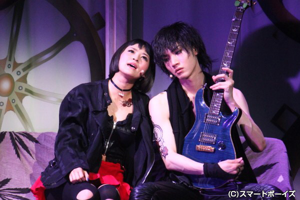 クールなギタリスト魁人だが、恋人リナ(佃井皆美)の前では素直な表情に