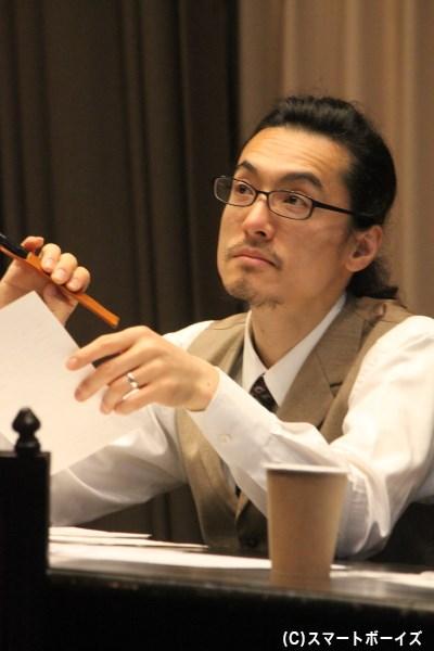 スウィッチ・キャストで刑事と速記者の二役を演じる唐橋 充さん