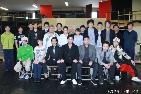 キャスト勢揃いで記念写真。前列右には郷田龍司役・陳内将さんの姿も!