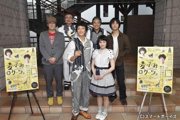 (前列左から)渡部豪太、皆本麻帆/(後列左から)ウォーリー木下、松尾貴史 、尾藤イサオ、トクマルシューゴ
