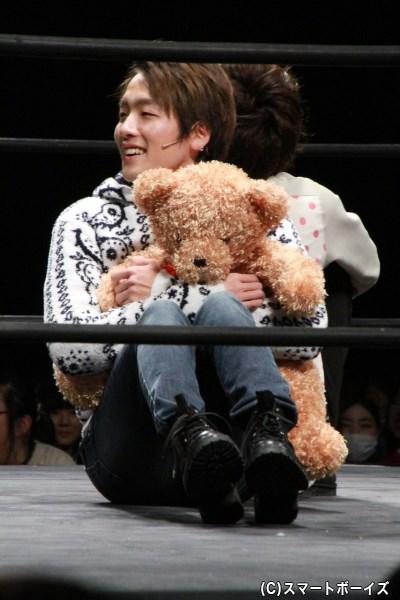 熊のぬいぐるみを持つ紘毅さん。完全に彼女になりきってました