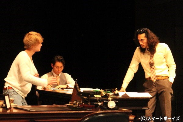 「彼」「刑事」「速記者」。3人のキャストによる濃密で緊張感漂う時間がステージを支配する