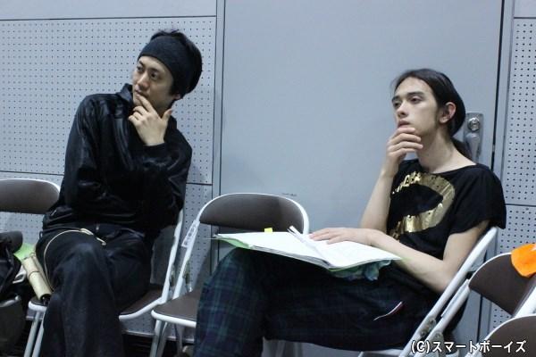 共演者のお芝居を見つめる太田基裕さん(左)と栗原類さん(右)。