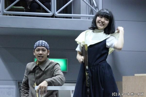 馬車の走る音に合わせて体を動かし続けた佐藤さん(左)と小島さん(右)。カットの声に思わず「暑ぅ~い!」