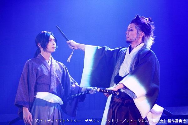新選組を取り纏める土方歳三(佐々木喜英さん、写真左)と芹沢鴨(窪寺昭さん)は、次第に隊の方針を巡り敵対関係に