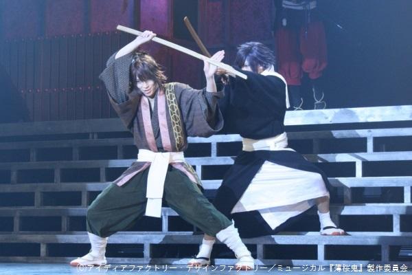 沖田総司(荒牧慶彦さん、写真左)と斎藤一(橋本祥平さん)は、新選組で並び立つ剣の実力者。目前で繰り広げられる殺陣は迫力そのものです