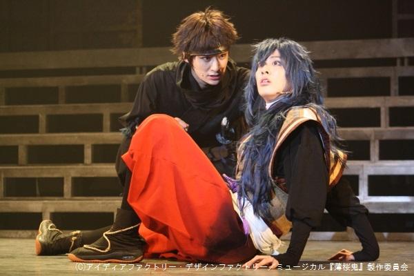 武士を志す山崎烝(高崎翔太さん、写真左)は、小間使いとして隊にいる井吹龍之介(白又敦さん)と反発し合う
