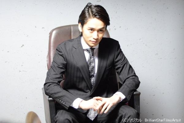 前作ではゲームマスターを演じた崎本大海さん。今回はスーツ姿ですが…