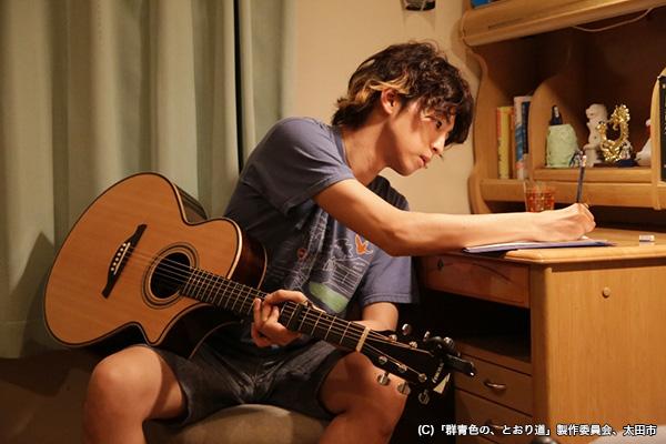 ベースが特技の桐山さんだけに、作曲する姿も堂に入っています